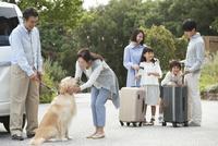 旅行をする3世代家族と犬 07800056049| 写真素材・ストックフォト・画像・イラスト素材|アマナイメージズ