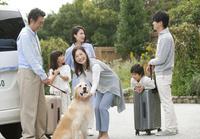 旅行をする3世代家族と犬 07800056050| 写真素材・ストックフォト・画像・イラスト素材|アマナイメージズ