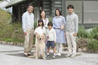 笑顔の3世代家族と犬