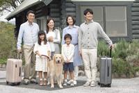 旅行をする3世代家族と犬 07800056054| 写真素材・ストックフォト・画像・イラスト素材|アマナイメージズ