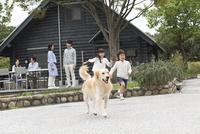 3世代家族と犬 07800056060| 写真素材・ストックフォト・画像・イラスト素材|アマナイメージズ