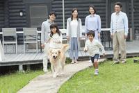 3世代家族と犬 07800056062| 写真素材・ストックフォト・画像・イラスト素材|アマナイメージズ