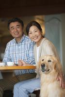 笑顔の中高年夫婦と犬 07800056073| 写真素材・ストックフォト・画像・イラスト素材|アマナイメージズ