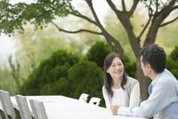 テラスで会話する中高年夫婦