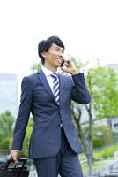 スマートフォンで電話をするビジネスマン 07800056152| 写真素材・ストックフォト・画像・イラスト素材|アマナイメージズ