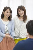 タブレットPCを見て話す学生たち