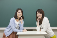 教壇立つ学生2人