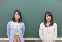 黒板の前に立つ学生2人 07800056204  写真素材・ストックフォト・画像・イラスト素材 アマナイメージズ