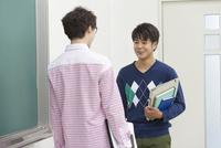 教室で話す学生2人