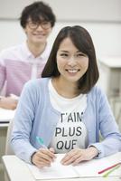 勉強する学生2人