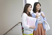 廊下に立つ学生2人