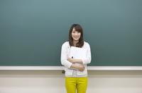 黒板の前に立つ学生 07800056249  写真素材・ストックフォト・画像・イラスト素材 アマナイメージズ