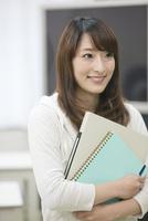 教室に立つ笑顔の学生