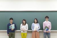 黒板の前に立つ学生4人 07800056258  写真素材・ストックフォト・画像・イラスト素材 アマナイメージズ