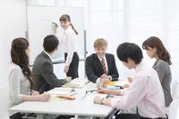 社内研修中のビジネス男女6人