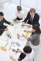 社内研修中のビジネス男女5人