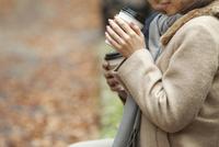 コーヒーを飲むカップルの手元 07800056375| 写真素材・ストックフォト・画像・イラスト素材|アマナイメージズ