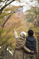 紅葉を見るカップル