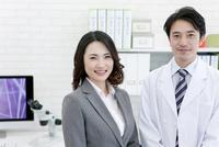 笑顔の研究員とビジネスウーマン
