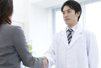 握手をする研究員とビジネスウーマン 07800056450| 写真素材・ストックフォト・画像・イラスト素材|アマナイメージズ