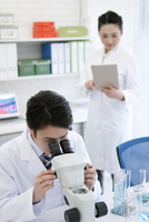 顕微鏡を覗く研究員 07800056474| 写真素材・ストックフォト・画像・イラスト素材|アマナイメージズ