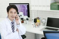 スマートフォンで通話する研究員 07800056510| 写真素材・ストックフォト・画像・イラスト素材|アマナイメージズ