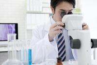 顕微鏡を覗く研究員 07800056529| 写真素材・ストックフォト・画像・イラスト素材|アマナイメージズ
