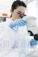 顕微鏡を覗く研究員 07800056538| 写真素材・ストックフォト・画像・イラスト素材|アマナイメージズ