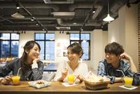 カフェでくつろぐ3人の男女 07800056638| 写真素材・ストックフォト・画像・イラスト素材|アマナイメージズ