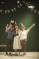 パーティーをする3人の男女 07800056639| 写真素材・ストックフォト・画像・イラスト素材|アマナイメージズ