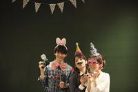 パーティーをする3人の男女 07800056641  写真素材・ストックフォト・画像・イラスト素材 アマナイメージズ
