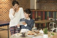 カフェでくつろぐ2人の女性 07800056644| 写真素材・ストックフォト・画像・イラスト素材|アマナイメージズ