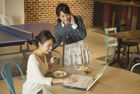 カフェでくつろぐ2人の女性 07800056645| 写真素材・ストックフォト・画像・イラスト素材|アマナイメージズ