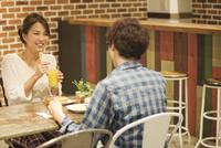 カフェでくつろぐカップル 07800056652| 写真素材・ストックフォト・画像・イラスト素材|アマナイメージズ