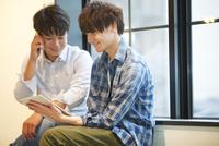 タブレットPCを見る2人の男性 07800056655  写真素材・ストックフォト・画像・イラスト素材 アマナイメージズ