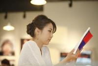 カフェで読書をする女性 07800056663| 写真素材・ストックフォト・画像・イラスト素材|アマナイメージズ