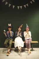 パーティーをする3人の男女 07800056680| 写真素材・ストックフォト・画像・イラスト素材|アマナイメージズ