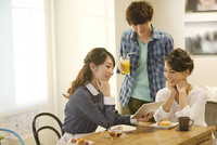 カフェで話す3人男女