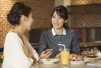 カフェでくつろぐ2人の女性 07800056700| 写真素材・ストックフォト・画像・イラスト素材|アマナイメージズ