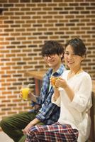 カフェでくつろぐカップル 07800056709| 写真素材・ストックフォト・画像・イラスト素材|アマナイメージズ