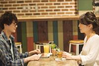 カフェでくつろぐカップル 07800056710| 写真素材・ストックフォト・画像・イラスト素材|アマナイメージズ