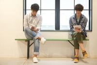 ベンチに座る2人の男性
