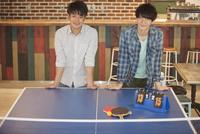 卓球台の前に立つ2人の男性 07800056719  写真素材・ストックフォト・画像・イラスト素材 アマナイメージズ