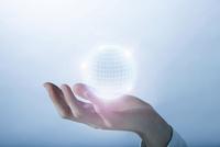 手の上に浮かぶ光の球体 07800056728| 写真素材・ストックフォト・画像・イラスト素材|アマナイメージズ