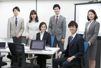 笑顔のビジネスマンとビジネスウーマン6人