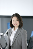 笑顔のビジネスウーマン 07800056761| 写真素材・ストックフォト・画像・イラスト素材|アマナイメージズ