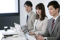 会議をするビジネスマンとビジネスウーマン 07800056791| 写真素材・ストックフォト・画像・イラスト素材|アマナイメージズ