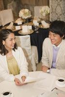 話をするカップル 07800056826| 写真素材・ストックフォト・画像・イラスト素材|アマナイメージズ