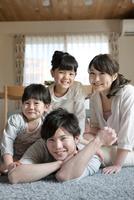 リビングでくつろぐ家族 07800056864| 写真素材・ストックフォト・画像・イラスト素材|アマナイメージズ