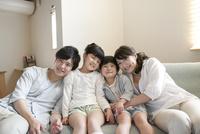 ソファーに座る家族 07800056869| 写真素材・ストックフォト・画像・イラスト素材|アマナイメージズ